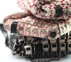 Sun // details. Ladies pochette in handwoven fabric, chain and leather handle. Dolores Nude// 60 % cotton 40 % poly. Dolores Black// 60% cotton 40% poly. Lontra Red//100%cotton.