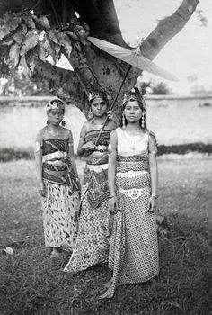 Local Indonesian Women - Traditional dress, Bali Style We've got beautiful traditional Balinese textiles available very soon on our Etsy store. All handwoven pieces naturally dyed on the Island. Old Photos, Vintage Photos, Indonesian Women, Unity In Diversity, Dutch East Indies, Javanese, Historical Pictures, Borneo, Picture Show