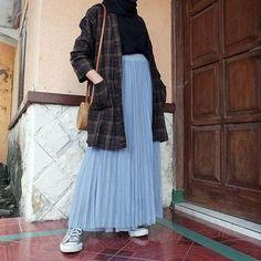 9 Foto yang Membuktikan Kalau Rok Plisket Memang Jodohnya Kemeja. Dipakai ke Manapun Bisa! Hijab Casual, Ootd Hijab, Hijab Chic, Casual Outfits, Casual Ootd, Korean Skirt Outfits, Skirt Fashion, Fashion Outfits, Hijab Style Dress