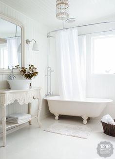 Adoro esta casa de banho!!! A banheira, a base de lavatório, o espelho.... nem sei do que gosto mais.