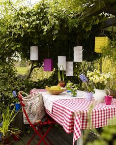 I would love to have a table outside like this someday, perfect for parties and breakfast with friends after the party. :)