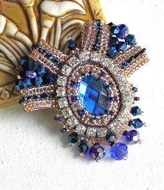 """Синяя брошь в виде короны, выполнена в технике """"Вышивка"""". Материал: стразы, бисер, стеклянные бусины, металлическая фурнитура, искожа."""