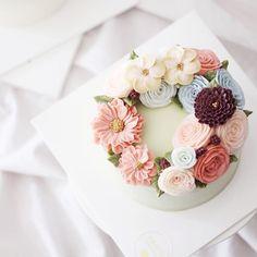 #flowercake #buttercream #buttercreamcake #pantone #studentswork #wiltoncake…