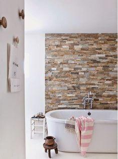 Декоративный камень делает интерьер более живым и динамичным
