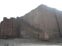 Zigurat de Ur, en Mesopotamia (Irak, 2006); tiene aprox. 30 mts de altura