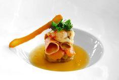 Copeaux de foie d'oie cru sur un confit de poires, salade d'herbettes à l'huile de noix et consommé de canard