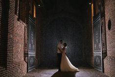 Des mariés sous la pluie