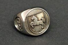 Dieser Siegel-Ring mit dem Wappen der FregatteNiedersachsen F208ist aus massivem Edel-Stahl gefertigt Das Wappen dieses Marine-Schiffes befind