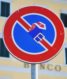 Panneau stationnement interdit détourné : #panneau #stationnement #interdit #detourne #route #signalisation #humour #voiture #panel #trafficsign #road #car #chainesbox