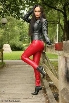 Sexy girl in leather outfit Hot High Heels, High Heel Boots, Leather Trousers, Leather Gloves, Leder Outfits, Shiny Leggings, Sexy Latex, Leather Dresses, Leather Fashion