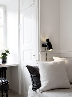 Pelle Lundquist Vintage modern mix home guest room White Interior Design, Interior Decorating, Decorating Ideas, Scandinavian Home Interiors, World Decor, Lets Stay Home, Black Lamps, White Rooms, Classic House