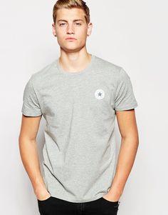 T-Shirt von Converse Jersey mit hohem Baumwollanteil Rundhalsausschnitt typisches Logomotiv reguläre Passform - entspricht den Größenangaben Maschinenwäsche 90% Baumwolle, 10% Polyester Unser Model trägt Größe M und ist 185,5 cm/6 Fuß, 1 Zoll groß