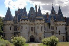 Un petit air de château de la Loire mais nous sommes ici dans le Vexin. Vigny est un château Renaissance construit en 1504 par Georges 1er d'Amboise, cardinal et ministre de Louis XII, sur l'emplacement d'un ancien manoir.