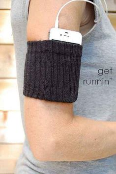Most Comfortable iPhone Armband EVER. Make your own iPod holder that is more comfortable and affordable than one bought at the store!Make your own iPod holder that is more comfortable and affordable than one bought at the store! Ipod Holder, Cell Phone Holder, Charger Holder, Smartphone Holder, Phone Charger, Sock Crafts, Do It Yourself Fashion, Idee Diy, Looks Cool