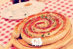 A lingüiça cuiabana é um embutido frescal que contém carne bovina, leite, queijo de minas e temperos. Veja como fazer http://fabiolenza.com.br/?p=1879