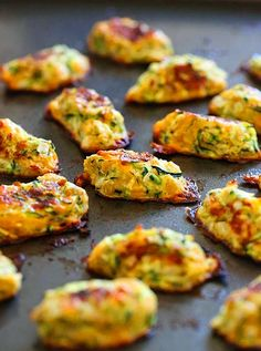 Zucchini Tots recipe: Getting your family to eat their veggies can often be difficult. Well these kid-friendly zucchini tots are the perfect solution! They make a great side for breakfast or dinner! Healthy Recipes, Vegetable Recipes, Healthy Snacks, Vegetarian Recipes, Healthy Eating, Cooking Recipes, Clean Eating, Delicious Recipes, Lunch Snacks