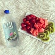 Yummy fruits and water . Great for a healthy snack ! Healthy Choices, Healthy Life, Healthy Snacks, Healthy Eating, Healthy Recipes, Healthy Food Tumblr, Healthy Detox, Healthy Weight, Calories