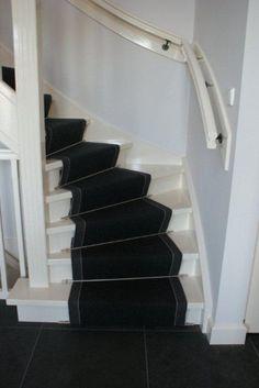Deze sfeervolle traploper brengt u naar de 1e verdieping, waar het interieur u weer omhelst.
