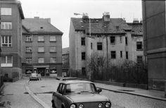 Vystěhovaný dům v Břevnovské (1976) Old Pictures, Prague, Old Town, Retro, Photography, Historia, Old City, Antique Photos, Photograph