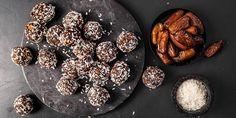 Oppskrift på litt sunnere snacks energikuler med dadler, fiken og nøtter. Griddle Pan, Paleo, Snacks, Cookies, Chocolate, Healthy, Desserts, Food, Christmas