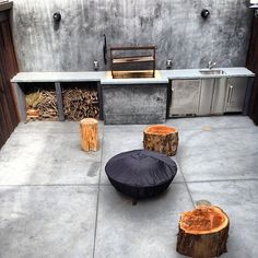 Rustic outdoor kitchen. Modern Outdoor Cooking, Outdoor Entertaining, Outdoor Spaces, Outdoor Living, Outdoor Kitchens, Barbacoa, Barbecue Design, Concrete Furniture, Industrial Living