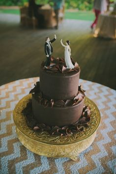 High five! Now that's an adorable wedding cake.