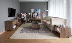 Ambiente amplo como essa sala de estar pode ser otmizado com os móveis certos ;) Aqui os tapetes dão a sensação de amplitude junto com o sofá e os móveis de madeira complementar a decor!