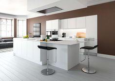 Deze open keuken is de bindende factor in huis. Er is voldoende opbergruimte voor al jouw benodigdheden. De supermatgelakte fronten zijn uiterst elegant. Het verfijnde...