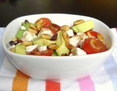 Recette - Salade tout en saveurs et jeux de textures : avocats, feta, pignons, tomates et olives noires   750g