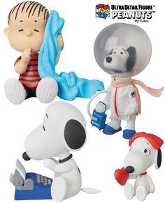 A Medicom Toy do Japão anunciou a quarta coleção de bonecos Peanuts UDF (Ultra Detail Figure) com personagens das famosas tiras em quadrinhos de Charles M. Schulz. A coleção tem 3 bonecos de vinil inéditos, o Great Writer Snoopy Peanuts UDF Series 4 com máquina de escrever azul e 6,5 cm de altura; o Snoopy…