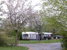 Le calme et la tranquillité sous les pommiers en fleurs au camping de saint sylvestre de Cormeilles in de buurt van Honfleur (35 km)