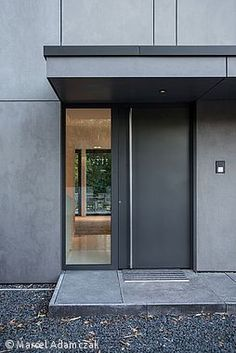 Monolith in Anthrazit Monolithe à Anthrazit - Düsseldorf: CUBE Magazin moderne Modern Entrance Door, Modern Front Door, Front Door Entrance, Front Door Design, Front Entrances, House Entrance, Entry Doors, Entrance Design, The Doors