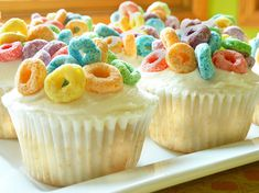 fruit loop cupcakes.  since i never let evan buy the sugary cereals, this might be a nice treat!  so cheerful!  might try with cocoa puffs or fruity pebbles, too.  what a great cupcake topper idea!