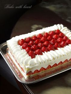 Strawberry short cake par Bake with heart Strawberry Sheet Cakes, Strawberry Crunch Cake, Strawberry Recipes, Fruit Recipes, Cake Recipes, Dessert Recipes, Strawberry Shortcake, Candy Cakes, Cupcake Cakes