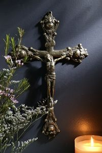 Brass Filigree Wall Crucifix - Antique Brass Crucifix is an extraordinary piece of art that represents the beauty of all that Jesus did for you on the cross. Sign Of The Cross, Jesus On The Cross, Christ Cross, Jesus Christ, Crosses Decor, Wall Crosses, Hand Painted Crosses, Altar Design, Home Altar