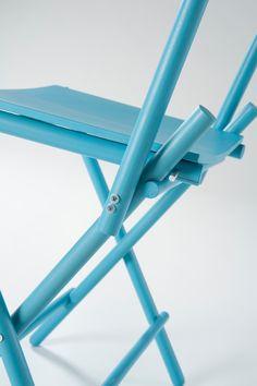 Das klassische Konzept des Klappstuhls hat Simone Simonelli mit frischem Wind und einem Flat-Pack Konzept versehen. Der zerlegbare und somit einfach zu transportierende Stuhl wirkt angenehm harmoni...