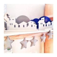 buen dia!  Qué tal las vacaciones de  invierno? En foco un pedacito del showroom de @eclat.furniture y sus estantes ciudad  y también vienen con formas de    nubes. En madera o metal y colores o blanco  genial para objetos como adornitos peluches  libros o ... ustedes qué pondrían #detallesdecoqueinspiran #laceandrolldecotips #decorblog #homedecor #decoracion #dormitorio #mundoinfantil #estrellas #design #diseñoargentino #instastyle #like4like #folow4folow