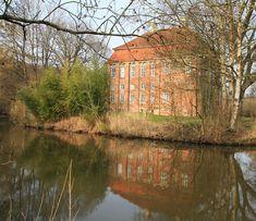 Schloss Schönebeck in Bremen-Nord - das Schloss direkt am Wasser ist als Museum zu besichtigen oder für Hochzeiten geeignet.