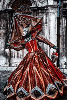 Elképesztő piros karneváli kosztüm. Le a kalappal a készítő előtt!