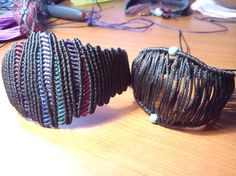 Macramé Wave Bracelets                Macramé Bracelets with semi-precious beads                  Macramé- Cavandoli bracelets   Macramé Clover Bracelets           … Macrame Rings, Macrame Bag, Macrame Necklace, Macrame Knots, Macrame Jewelry, Macrame Bracelets, Bracelets Macramé, Chevron Friendship Bracelets, Friendship Bracelets Tutorial