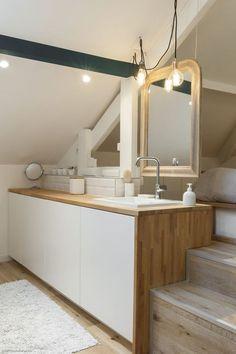 Une chambre avec salle de bains sous combles