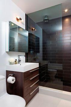 Cuarto de baño de apartamento pequeño de estilo industrial