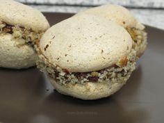 Albuşurile se bat spumă. Se adaugă zahărul şi se bat în continuare până se topeşte zahărul. Se adaugă esenţa de vanilie şi nucile măcinate. Din această compoziţie se ia cu linguriţa şi se pune în tava tapetată cu hârtie de copt. Se coc la 160 grade timp de 15-20 de minute. Cojile… Romanian Desserts, Romanian Food, Sweets Recipes, Cake Recipes, Dessert Bread, Pastry Cake, Eat Dessert First, Food Cakes, Good Food