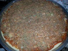 2 latas de sardinhas  - 3 xícaras (chá) de farinha de trigo  - 2 xícaras (chá) de leite  - 1 ovo  - 1 pitada de sal  - 1 colher (sopa) de fermento em pó (cheia)  - 1 colher (sopa) de margarina ou óleo  - 1 cebola pequena  - 1 pimentão pequeno  - 200 g de mussarela  -