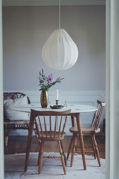 Taklampa. Vit droppformad svensktillverkad trådstomme med ekologiskt tyg i off white. Ger ett jättefint ljus.Diameter: 50 cm Höjd: 52 cm. 92 % bomull och 8 %