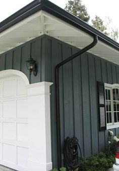 Home Renovation Porch Houses with Black - Simple Channel View on Your Roof Simple and uncomfortable views? just calm down, now you can change or redecorate the look of your roof to make it look more elegant than usual. The roof of the hous… Grey Exterior, House Paint Exterior, Exterior Paint Colors, Exterior House Colors, Exterior Design, Building Exterior, Siding Colors, Building Architecture, Exterior Siding