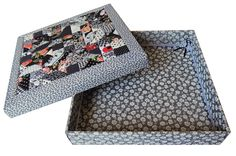 3. Caixa Patchwork quadrada preta com cinza. Área Interna: LxCxA = 24 x 24 x 4,5. Preço: 55,00.