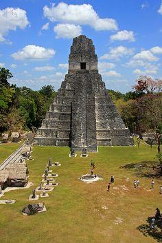 Great Plaza, Tikal, Guatemala Guatemala. El 45% de población es maya siendo este país uno de los que tiene un población indígena bastante numerosa.