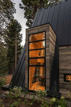 This innovative, rustic contemporary A-frame cabin designed by Todd Gordon Mather Architect is located in Lake Tahoe, California. A Frame House Plans, A Frame Cabin, Tiny House Cabin, Cabin Homes, Log Homes, Cabins In The Woods, House In The Woods, Cabine Diy, Residential Log Cabins
