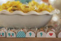 Hoje vou mostrar a, sempre tão esperada nos casamentos, mesa do bolo. Fomos noivos prendados e fizemos muitos elementos do nosso casamento, de pinturas a convites e também levamos muitas coisas para usar na decoração. Na mesa do bolo podemos ver as forminhas que fazem parte da identidade visual que criamos... >>> clique na foto para ver o post completo!